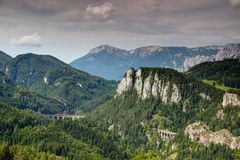 Pociąg towarowy krzyżuje wiadukt na Semmering kolei Austria obrazy stock
