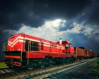 Pociąg towarowy na linii kolejowej zdjęcie royalty free