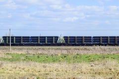 Pociąg towarowy, niosący drymby dla gazociąg i innych frachtowych samochodów Zdjęcie Stock