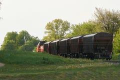 Pociąg towarowy opuszcza miasto zdjęcia stock