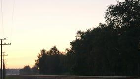 Pociąg towarowy przechodzi obok w wsi. zdjęcie wideo