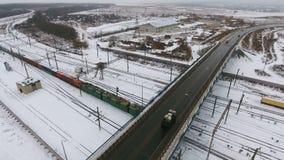 Pociąg towarowy rusza się pod mostem, droga Ładunku omijania taborowa stacja zdjęcie wideo