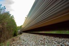 Pociąg towarowy rusza się szybko na sztachetowej drogi śladach zdjęcie stock