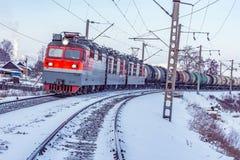 Pociąg towarowy rusza się wzdłuż Baikal jeziora Zdjęcie Stock