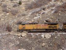 Pociąg towarowy w wąskim jarze Obrazy Stock