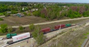 Pociąg towarowy wolno podróżuje przez terytorium woodworking fabryki całkowity plan Nowożytna tartaczna antena zbiory