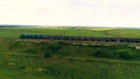 Pociąg towarowy z wiele zbiornikami krzyżuje linia kolejowa most Sztachetowy frachtowy transport dostarcza towary zbiory wideo