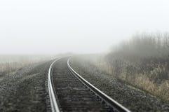 Pociąg tropi cofać się w mgłę obraz royalty free