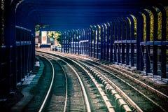 Pociąg tropi w tunelu na moscie w Londyn fotografia royalty free