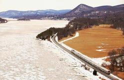 Pociąg w śniegu przy Niedźwiadkową górą z zimą barwi Fotografia Stock