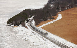 Pociąg w śniegu przy Niedźwiadkową górą z zimą barwi Fotografia Royalty Free