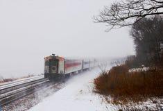 Pociąg w śniegu przy Niedźwiadkową górą z zimą barwi Zdjęcie Stock