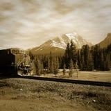 Pociąg w Kanadyjskich skalistych górach. zdjęcia stock