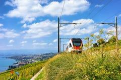 Pociąg w Lavaux winnicy Tarasuje przy Jeziornymi Lemańskimi Szwajcarskimi górami Obrazy Royalty Free