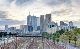 Pociąg wykłada prowadzić wewnątrz Melbourne CBD Zdjęcia Royalty Free