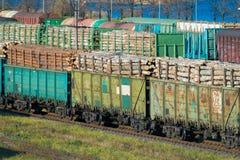 Pociąg z belami przy stacją kolejową Obrazy Stock
