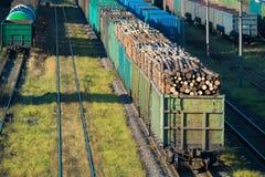 Pociąg z belami przy stacją kolejową Zdjęcie Royalty Free