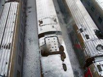 Pociąg zakrywający z śniegiem na kolei obraz stock