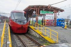 Pociąg zatrzymujący przy Kawaguchiko stacją kolejową obraz stock