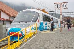 Pociąg zatrzymujący przy Kawaguchiko stacją kolejową fotografia stock