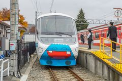 Pociąg zatrzymujący przy Kawaguchiko stacją kolejową zdjęcie stock