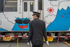Pociąg zatrzymujący przy Kawaguchiko stacją kolejową zdjęcie royalty free
