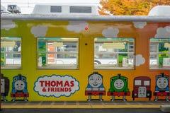 Pociąg zatrzymujący przy Kawaguchiko stacją kolejową zdjęcia stock