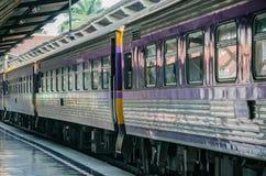Pociąg zatrzymujący przy stacją obrazy stock
