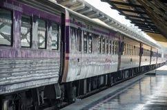 Pociąg zatrzymujący przy stacją zdjęcia stock