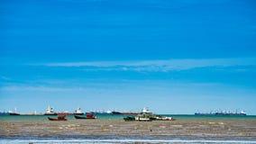 Pociąga łódź, ładunku statek unosi się na morzu zdjęcia royalty free