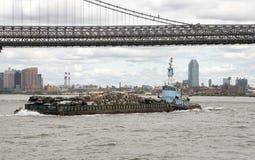 Pociąga działanie z barką na Wschodnim Rzecznym Nowy Jork usa Zdjęcie Stock