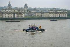 Pociąga na Thames, przechodzi Królewskiej Morskiej szkoły wyższa, Greenwich UN fotografia stock