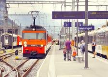 Pociągi pasażerscy od Luzern Interlaken stojak na staci Zdjęcie Stock