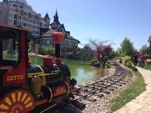 Pociąg i jezioro w etno wiosce obraz stock