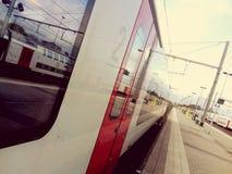 Pociąg w staci Zdjęcia Stock