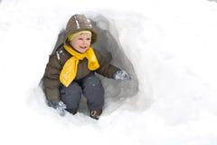 Pocieszny uśmiechnięty dzieciak w zimie Obrazy Stock