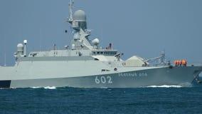 Pocisk łódź z pociska kaliberem przy morzem zdjęcie wideo