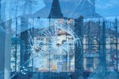 Pocisk przebijający szkło w okno obraz royalty free