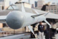 Pociska powietrze zawieszający pod skrzydłem batalistycznego samolotu zdjęcia royalty free