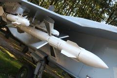 Pociska powietrze zawieszający pod skrzydłem Rosyjskiego wojownika fotografia stock