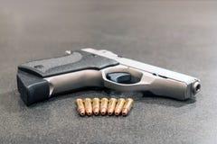 Pociski i pistolecik na czerń stole zdjęcia stock