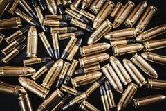 Pociski od pistoletu na stole Zdjęcie Royalty Free