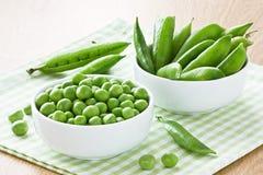 pociski tła zielonych grochu kapsuły białych zdjęcie stock