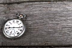 Pockennarbige Uhr der Weinlese auf Holz Stockbilder