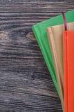 Pocket-books op het uitstekende houten concept van het raadsonderwijs Stock Foto's