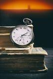Pocketwatch και βιβλία Στοκ εικόνα με δικαίωμα ελεύθερης χρήσης