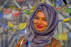 Pockhara,尼泊尔, 9月, 06 -2017 :佩带在的美丽的尼泊尔妇女画象一紫色hijab被弄脏 库存照片