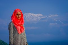 Pockhara,尼泊尔, 9月, 06 -2017 :关闭佩带一桃红色hijab在自然背景中的美丽的尼泊尔妇女 库存照片