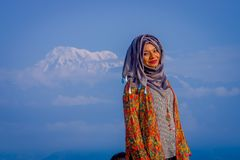 Pockhara,尼泊尔, 9月, 06 -2017 :关闭佩带一hijab在自然背景中的美丽的尼泊尔妇女 免版税库存图片
