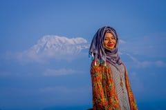 Pockhara,尼泊尔, 9月, 06 -2017 :关闭佩带一hijab在自然背景中的美丽的尼泊尔妇女 库存图片